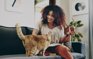 Do cats bond with women?